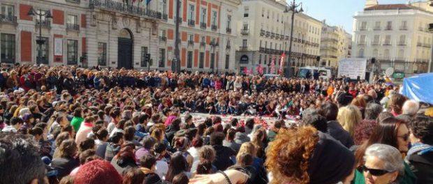 """Foto: eldiario.es """"Concentración de apoyo a las mujeres en huelga de hambre acampadas en sol contra la violencia machista"""""""