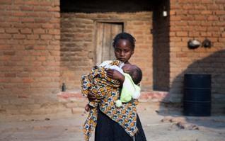 Nina cuidando a su bebe en Zambia