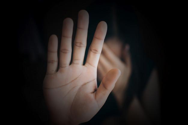 cerrar-mano-mujer-mostrando-detener-violencia-contra-mujeres_34085-11